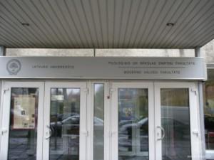 Latvijas Universitātes Humanitāro zinātņu fakultātes ieejas durvis
