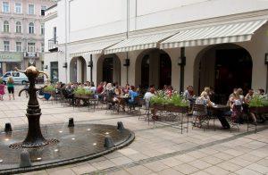 āra kafejnīcas terase un strūklaka