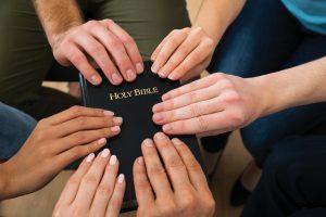 Bībele un cilvēku rokas