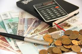 nauda, kalkulators un pildspalva