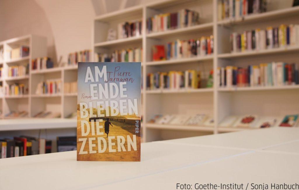 Grāmata uz galda